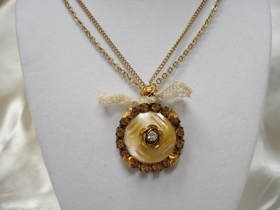 Vintage Button Pendant Necklace with Mother of Pearl