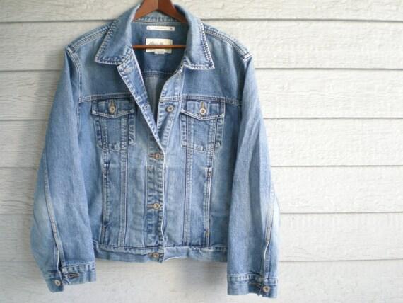classic vintage denim jacket. light wash jean jacket. unisex size large.