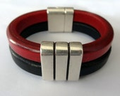 Double leather bracecet with three rings piece