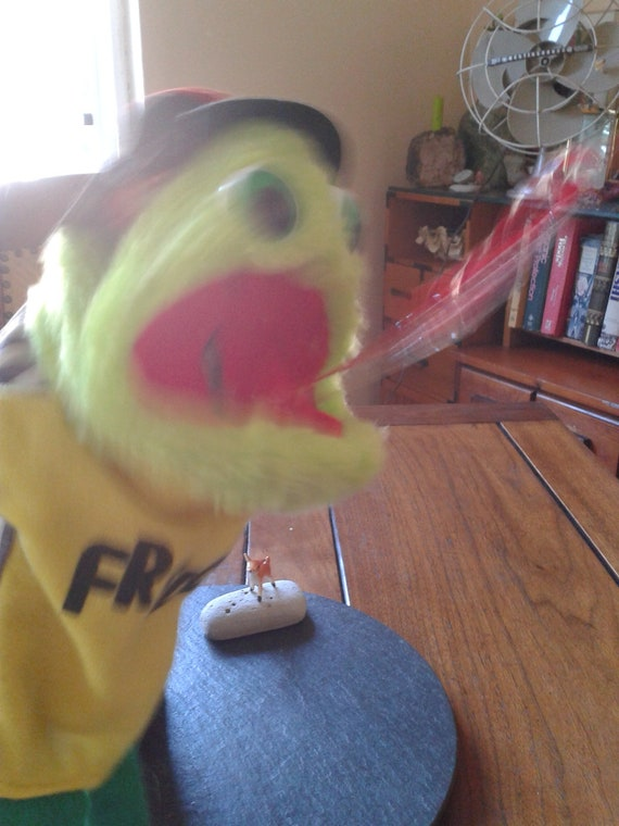 squeaking fly catching frog hand puppet:  80s Freddie squeak toy puppet with flashing tongue