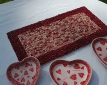 "Valentine red-heart trivet with three candy ceramic plates Y3 rag weave 21"" x 10.5"""