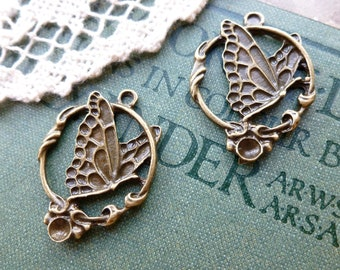 4x Round Butterfly Charms, Antique Brass Pendants C30