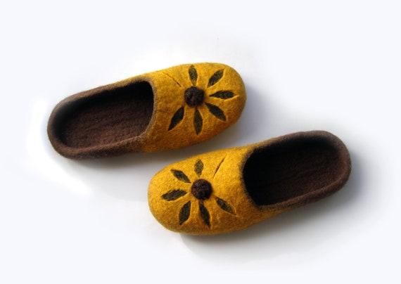 Women felted wool slippers Flower   handmade wool clogs  yellow  brown felt  slipper. Women felted wool slippers Flower   handmade wool clogs