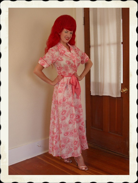 GORGEOUS 1940's Glamorous Pink & White Intricate Dreamy Frothy Floral Long Dressing Gown w/ Tie Satin Sash Belt - Pockets - Size M to L