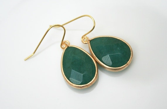 Green Earrings in Gold. Emerald Earrings.Green Jade Earrings.Gold Earrings.Drop Earrings.Green Earrings.Bridesmaid Jewelry.Wedding.Delicate.