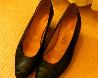 Vintage leather shoes, black, classic design, low heel court shoes, size 6 UK , 38USA, great condition, Marks and Spencer, made in UK