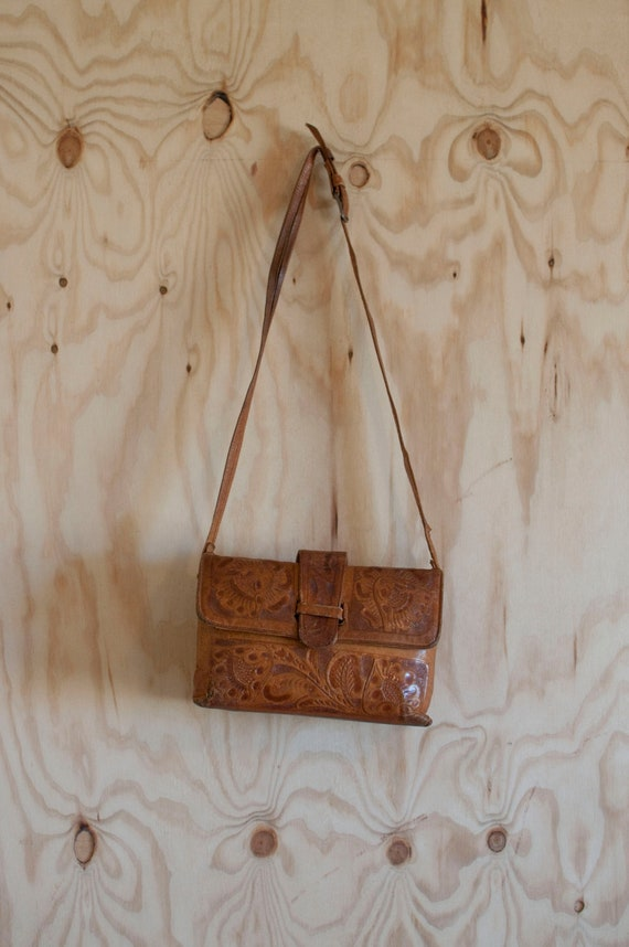 1970s rustic TOOLED carmel colored leather purse