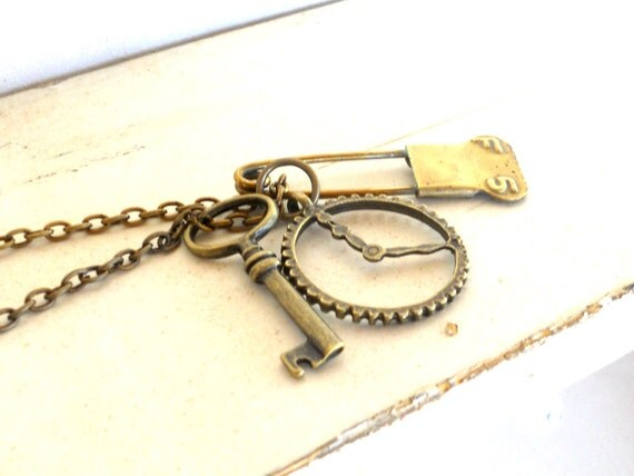 Skeleton Key Charm Necklace. Brass. Steampunk. Found Object Necklace - Objets Trouves