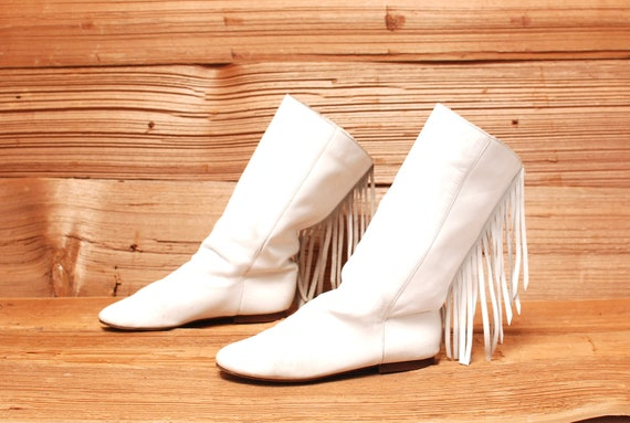 size 7 MOCCASIN white leather 80s FRINGE ankle boots