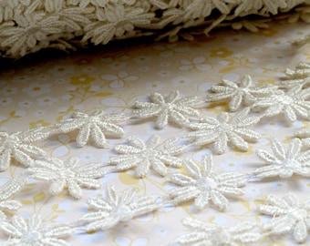 Ivory Daisy Lace Trim. Flower. Venise.