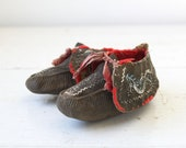 Sale / antique native american moccasins. handmade child's moccasins, 1880s - 1890s. Iroquois northeastern tribal style. Grey, red.