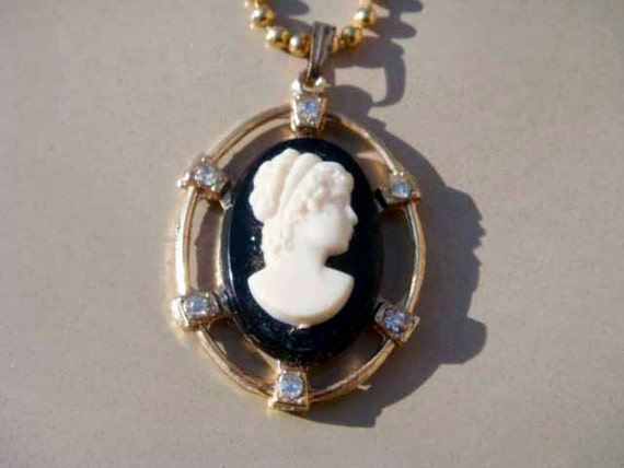 Vintage Cameo necklace gold