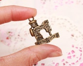 FREE SHIPPING! 1x Pendant - Vintage Sewing Machine with Engraved Twines & Leaves (Brass) - Jewelry Supply