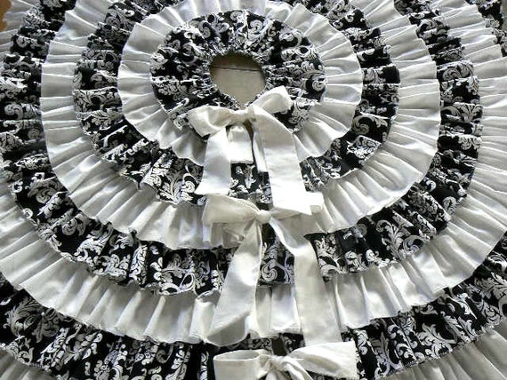 Ruffled christmas tree skirt in white and black