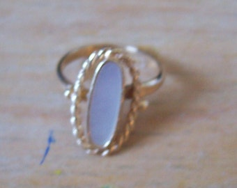 Vintage Sarah Coventry shell and goldtone ring. From the 1970s.