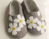 Custom listing: felted wool shoes/slippers  in women's size  grey with daisy US SIZE 7.5