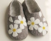 felted wool shoes/slippers  in women's size  grey with daisy