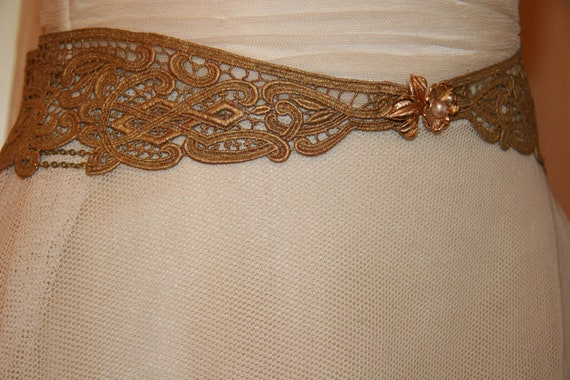 Gold lace belt made with a flower vintage brooch and gold chains. Ideal for a hippie chic wedding dress
