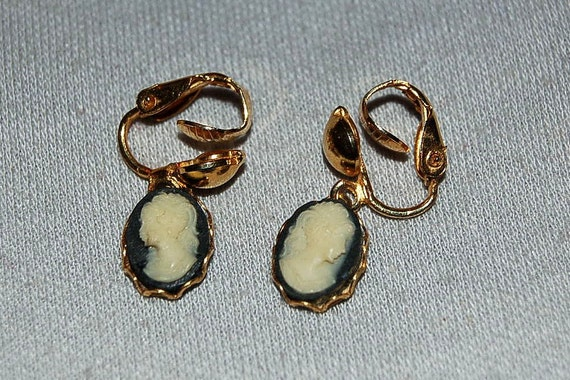 Vintage / Cameo / Dangle / Earrings / Black / White / Gold / Collectible / old jewelry jewellery