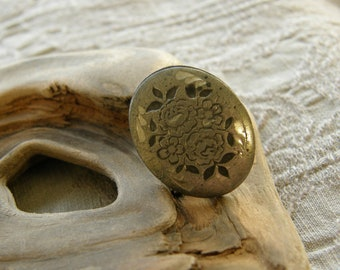Antique Edwardian chased silver collar button