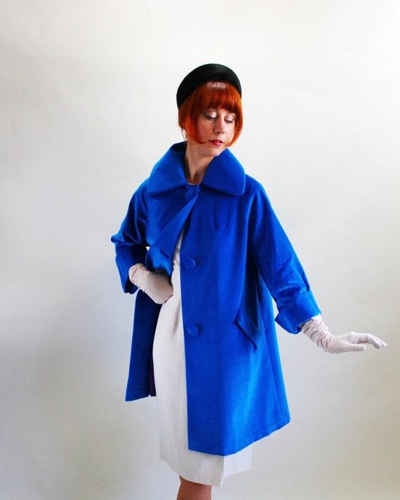 Sale - Vintage 1960s Royal Blue Velveteen Opera Coat. Mad Men Fashion. Evening. Weddings. Fall Fashion. Winter Fashion. Size Large