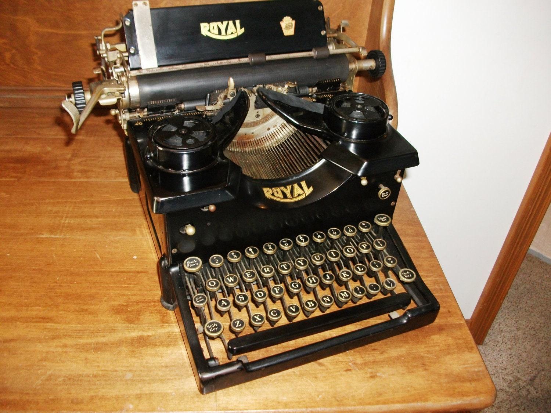 Antique Royal Typewriter Working