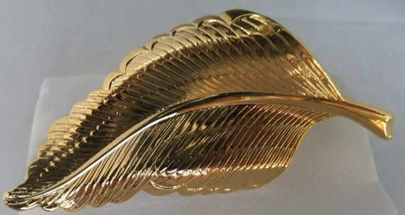 Vintage jewelry brooch in gold tone leaf brooch