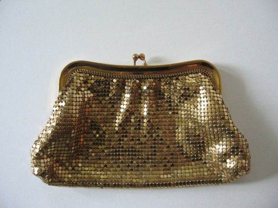 Small vintage Whiting and Davis gold mesh mail kisslock change purse bag