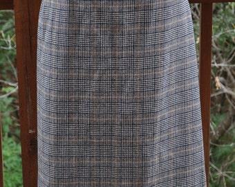 Vintage Pendleton Pencil Skirt. Size 14 virgin Wool skirt. Carnegie Tartan Plaid. Black and White plaid.