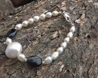 Freshwater Pearl and Onyx gemstone bracelet, with natural pearl nugget