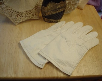 Vintage Ultra Soft Supple Soft Gray Wrist Gloves, Renaissance,Romantic, Victorian Shabby Chic, Bohemian, Accessories, Antique, Unique, Retro
