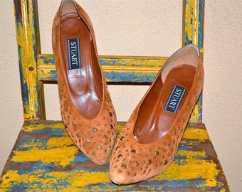 vtg CARAMEL tan colored STUDDED suede HEELS size 9