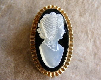 SALE... WAS 68.75... NOW 22.75...Vintage  Mother of Pearl Shell Cameo Gold Filed Brooch Pin.....  Lot 2242
