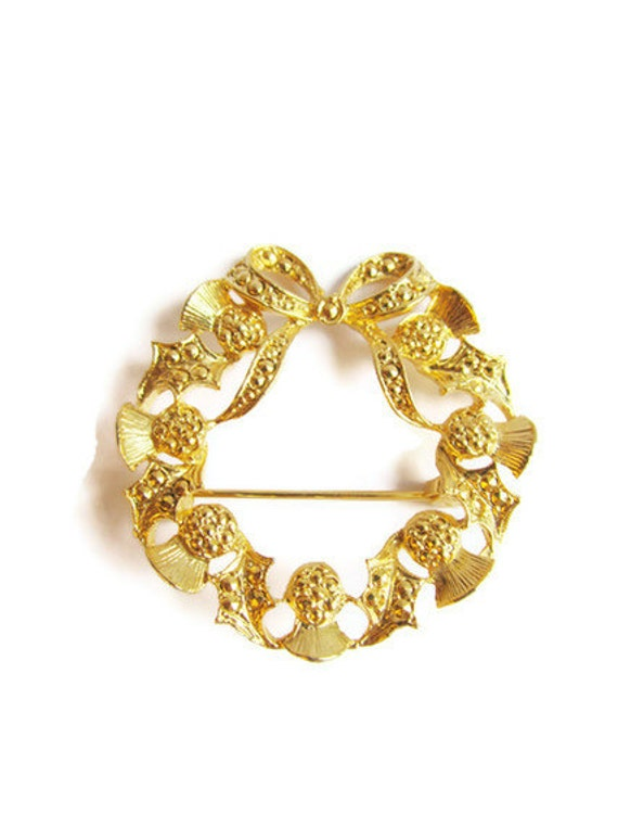 Christmas vintage brooch in gold colour - christmas wreath design with bow and holly leaves - pin back brooch - etsy uk - the dorothy days -