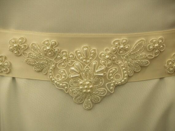 Bridal Gown Sash Ivory three appliqués, Slimming V Style Wedding Belt, Ivory Sash, Lace Appliqué, Bridal Accessory, Ribbon Bow