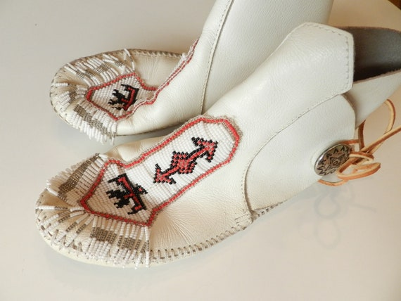 Beaded White Minnetonka Moccasin Boots, Vintage White Short Boots, Native American Indian, Fall Autumn Warm Boots
