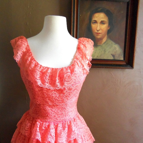 A Boundless Moment 1950s Coral Scoop Neck Floral Lace/Taffeta/Tulle/Tiered Prom Dress
