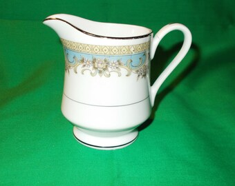 One (1) Porcelain 6 oz. Creamer, from Everbrite China, in the Surrey Pattern.