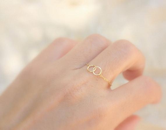 Petit anneau or 14k avec des cercles de débordement lié