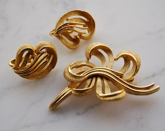 Vintage Crown Trifari Demi Parure  brooch and earrings goldtone, late 1950's excellent condition
