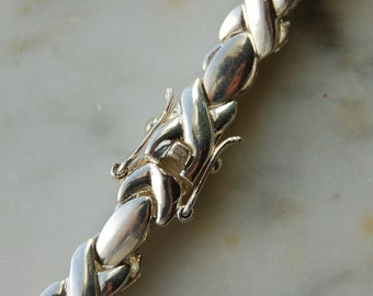 Vintage Sterling Silver XOXO   link bracelet. very well made with a secure safety clasp.weighs 12.5 grams sterling 1980's and hallmarked 925