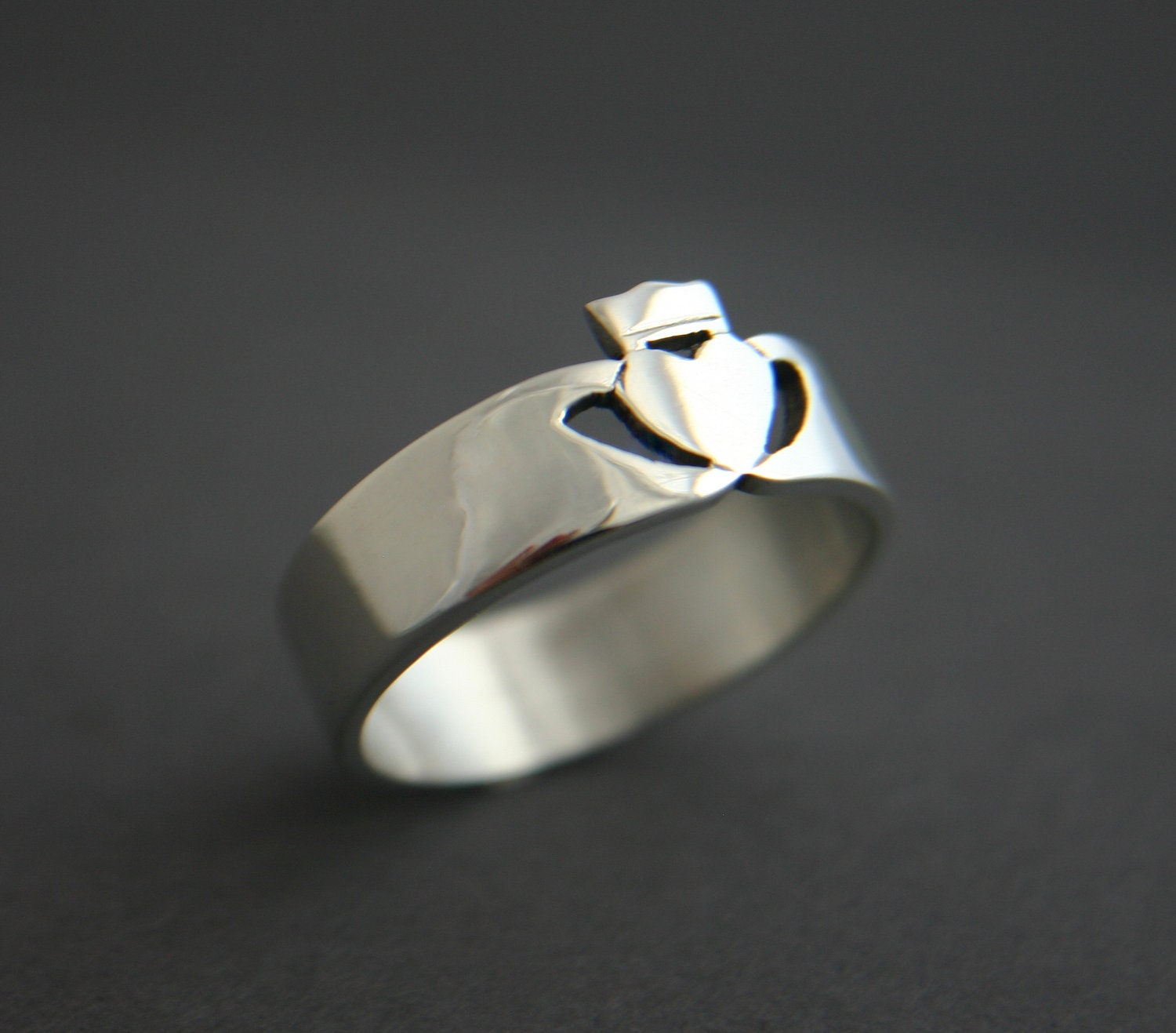 silver mens contemporary claddagh ring. Black Bedroom Furniture Sets. Home Design Ideas