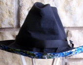 Black canvas hat with cotton printed lining and under brim.