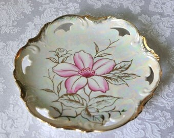 """Beautiful vintage 8"""" gold rimmed flowered plate"""