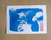 """Tirage photo cyanotype """"Petite fille dans la foule - Philippines"""" - daté et signé"""