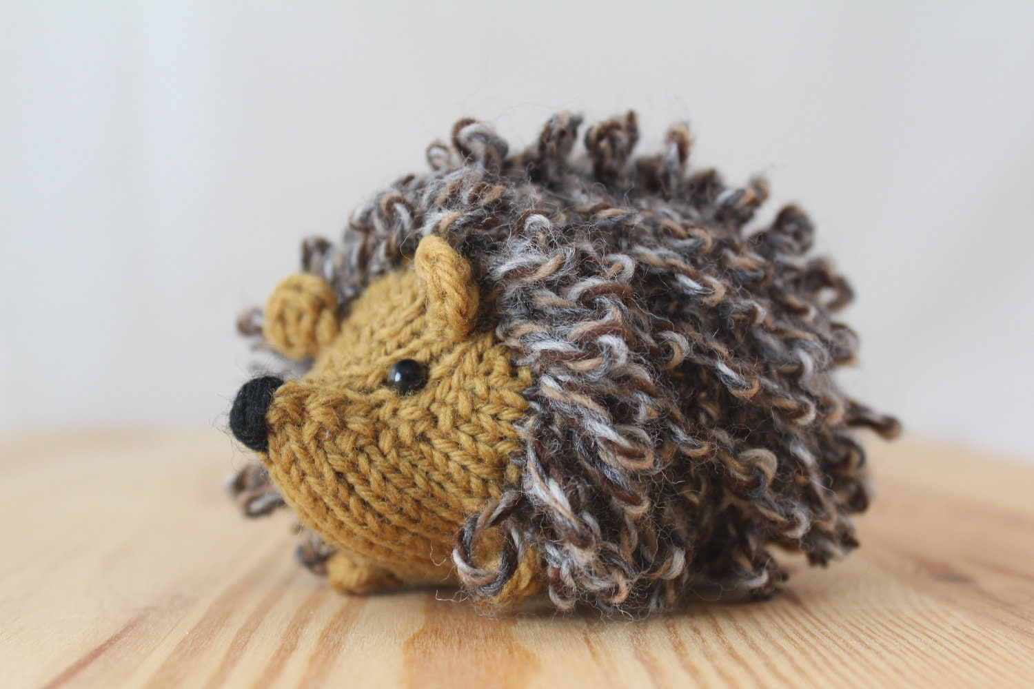 Custom little knitted hedgehog choose your colors by Yarnigans