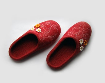 Women  felted wool slippers / house shoes / White flowers/ wine / burgundy / ruby / red / white / handmade / wool shoes/