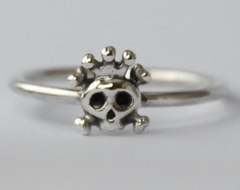 Sterling silver Tiny Skull w crown stacking Ring , Fun / Sweet / petit, 925 , Novelty, Statement rings, Halloween Custume