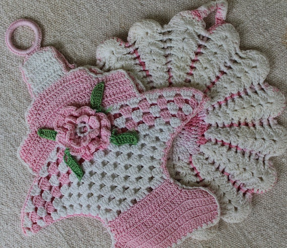 Vintage Crocheted Pot Holders - Pink and White Potholders - Flower Basket - Shabby Chic - Pink Kitchen Pot Holders
