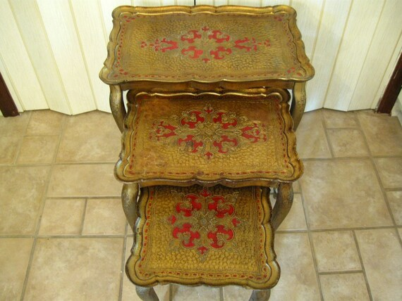 Vintage Hollywood Regency toleware Italian Florentine nesting side tables, gold and red